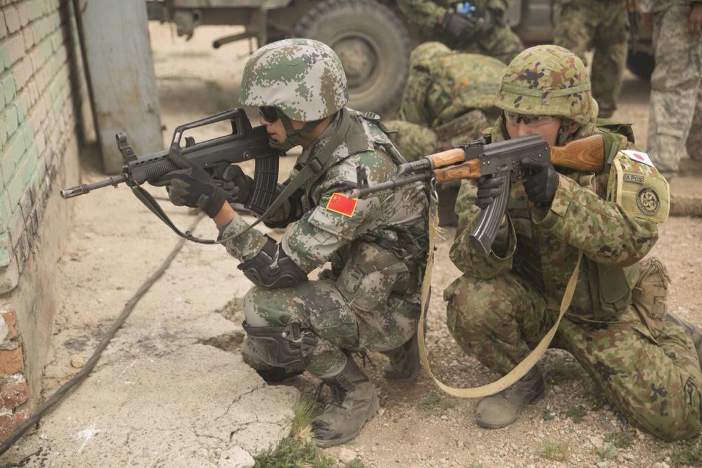 [カーンクエスト]2003年よりモンゴルで実施されている多国間合同演習。国連平和維持活動に関する技術向上と各国の信頼関係強化を目的としている。2015年には日中両国が初めて実働部隊を派遣し、日中合同訓練が実現した。