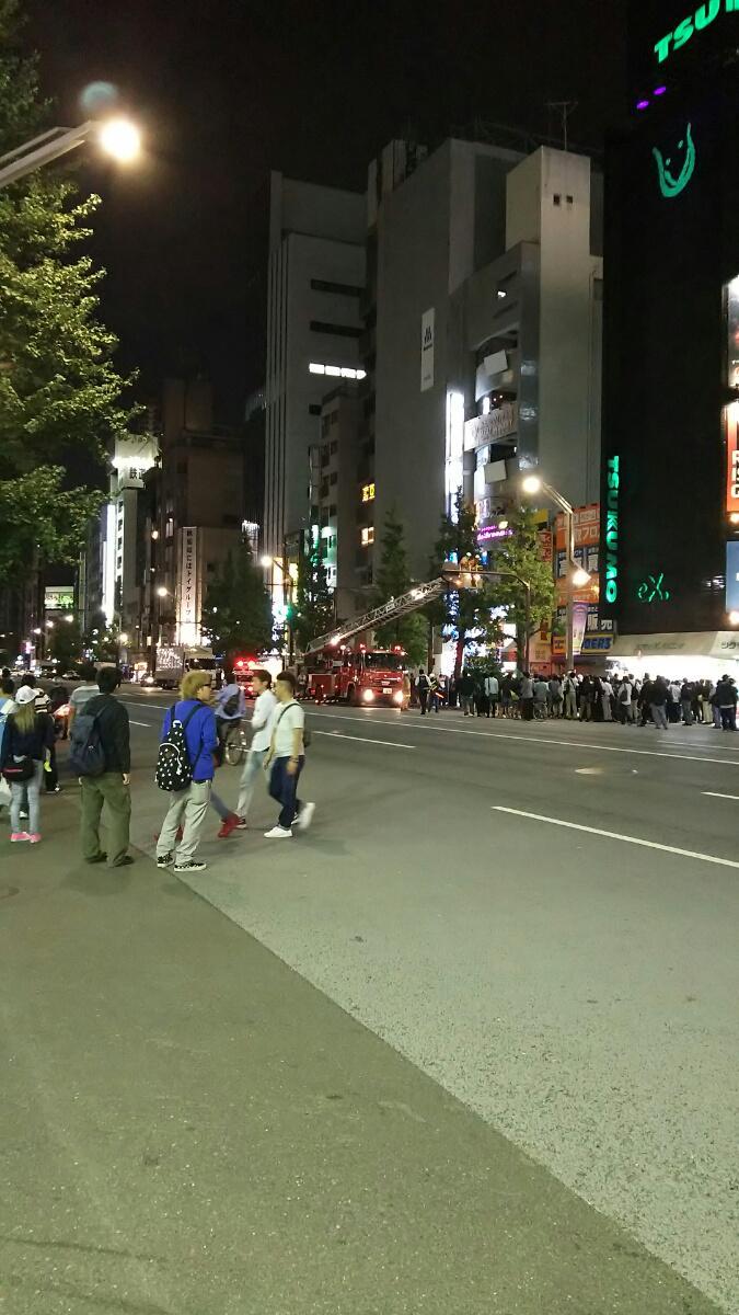 秋葉原のアライグマ捕獲作戦、むしろ、人の動きがカオスになりすぎて既に人災である。 #akiba #秋葉原 http://t.co/FW6lOC5jn2