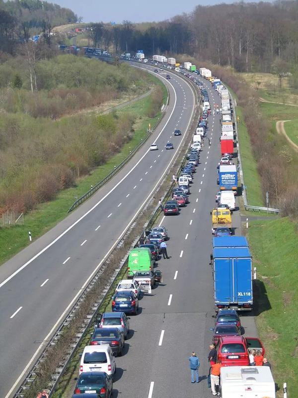 Aprendamos... accidente o colapso autovia, habilitemos carril central LIBRE para emergencias http://www.youtube.com/watch?v=-1DuVMptMvk…