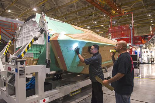 ノースロップグラマンは10月5日、三菱重工小牧南工場に設置されるFACO施設で最初に組立てられる日本向けF-35A戦闘機5号機(AX-5)の中央胴体部の製造を予算通り、予定通りに完了したことを発表。 http://t.co/etjO4wWkIl