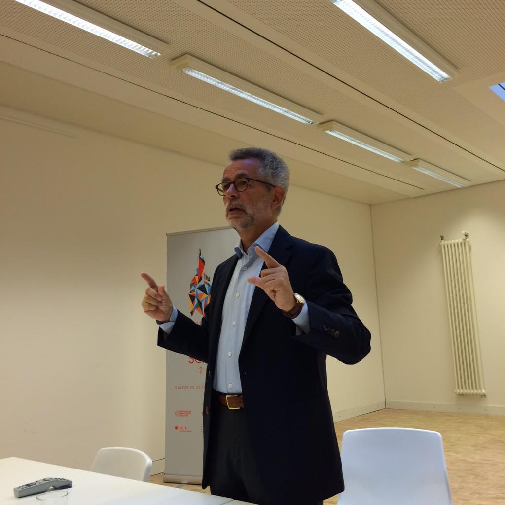Hans Vorländer begrüßt die Teilnehmerinnen und Teilnehmer der #ddss15 @slubdresden http://t.co/MDqZBIiegP