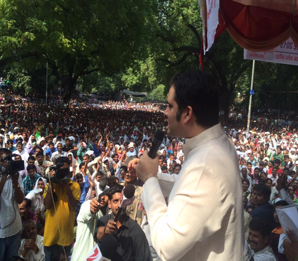 1/2 Addressed a gathering of the 1.7 lakh Shiksha Mitras of Uttar Pradesh at Jantar Mantar. http://t.co/hYEyOv1uJB
