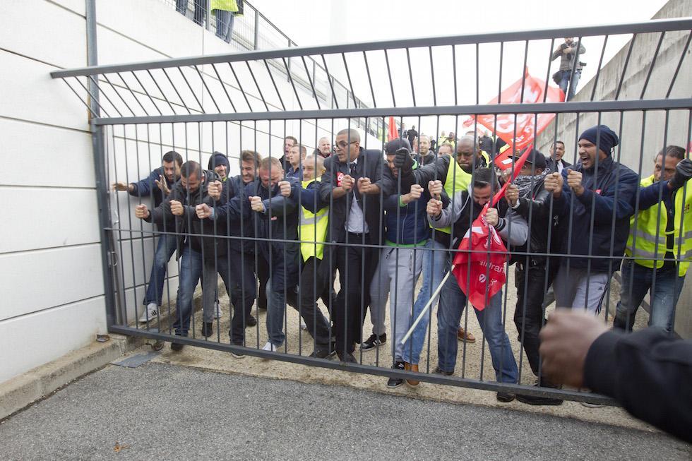 Lavoratori furiosi e Aerei fermi a Parigi.