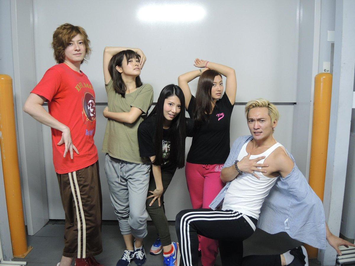 稽古で毎日ゾンビポーズを練習しますが、 本日の休憩中は 丘山さんの指導でダンサーポーズを大特訓!
