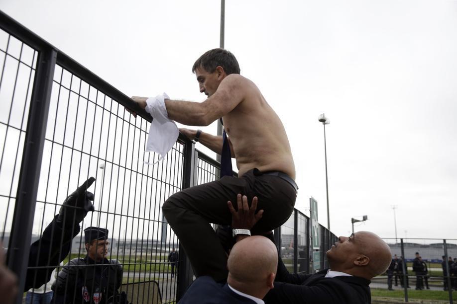 VIDEO. DRH d'Air France agressé : Valls «scandalisé», la CFDT et le SNPL condamnent http://t.co/UBxaFhZxAu