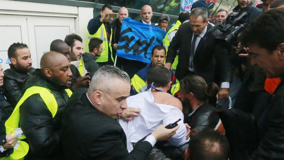 RT @mashable: Two Air France managers had their shirts ripped off during a protest over job cuts http://t.co/8LYyJOc28p http://t.co/aIAAhgT…