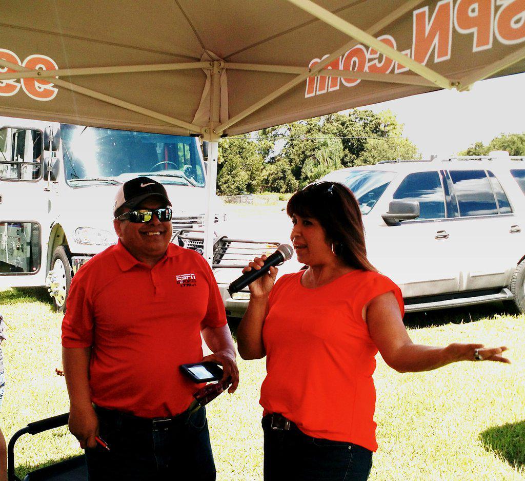 IIAC chair Araceli Gomez with @gomez_aracelikg talkng to @993ESPNRadio #healthfair #immbigbus http://t.co/pzrsSefruc
