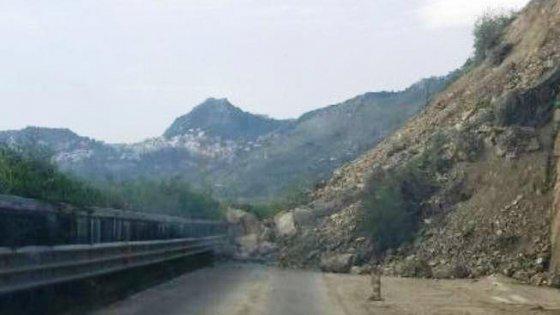 Frana sulla Messina-Catania, Sicilia bloccata: traffico in tilt sulla statale 114.