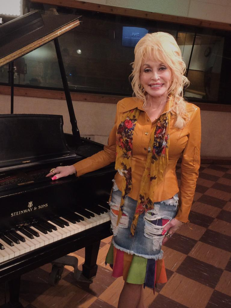 Dolly Parton - Page 4 CQls3vvUAAMgOg0