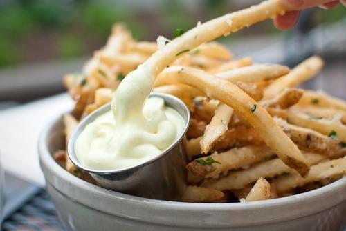 Uită de clasicul mujdei! Acesta este CEL MAI TARE SOS DE USTUROI, ideal pentru fripturi și, de ce nu, niste cartofi prăjiți!