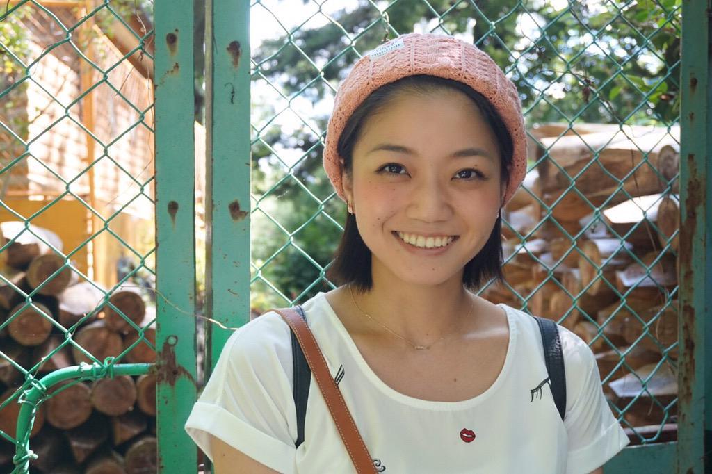 ピンクのニット帽をつけてフェンス前で微笑む女優時代の義達祐未