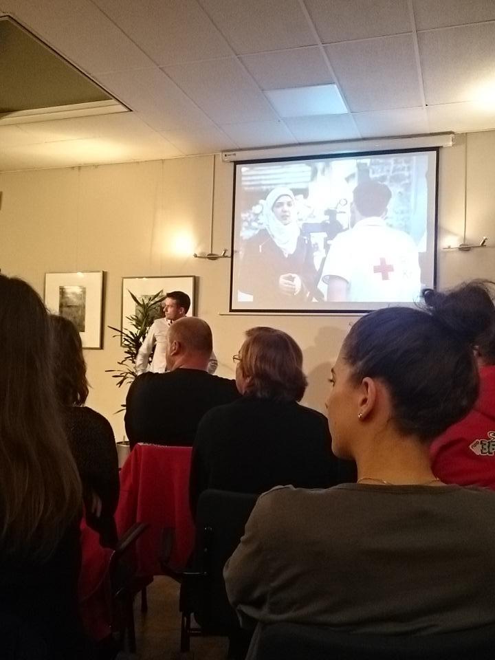 Persvoorlichter Merlijn vertelt vrijwilligers #rodekruis #3fm #sr15 over zijn ervaringen in Syrië. Indrukwekkend. http://t.co/C997lmu3dN