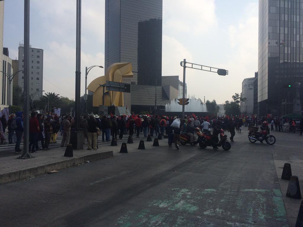 Reforma cerrado por manifestación de antorchistas @trafico889 @Adela_Micha http://t.co/6nJ9TUJ53F