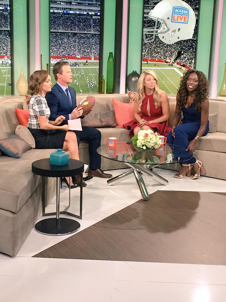 @rkelly You were so great on @AHLive this morning! It was a tough act to follow for sure! @KitHoover @billybush ❤️❤️ http://t.co/tJG4qKZipE
