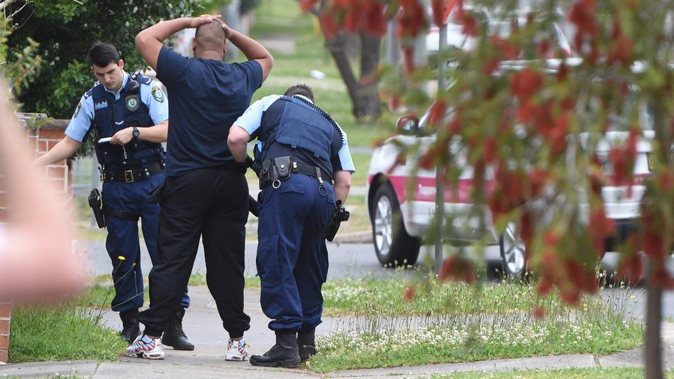 RT @mashable: Raids conducted, 5 arrested following Sydney police shooting http://t.co/kOPVoxC6mj http://t.co/MFgvywBse2