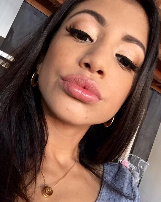 Besos ? close up lol I got fat lips but they are real #natural ? http://t.co/BFgpEWYE0f