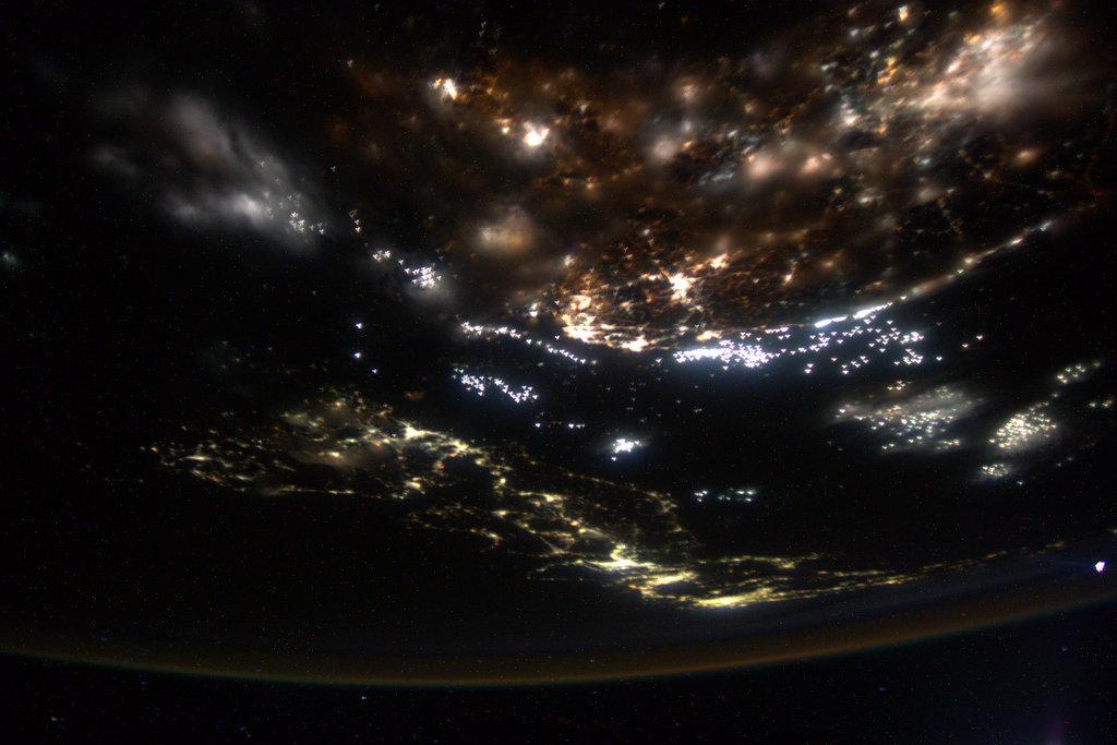 今日も日本はとても綺麗でしたよ。今日は、私が大好きな街の夜景が撮れました。仕事の合間にちょうど日本上空という幸運に恵まれました。福岡と北九州は、なぜかとっても落ち着くんです。宇宙飛行士候補者に選ばれた直後に訪れた時も、楽しかったです。 pic.twitter.com/5APtO0LJlF