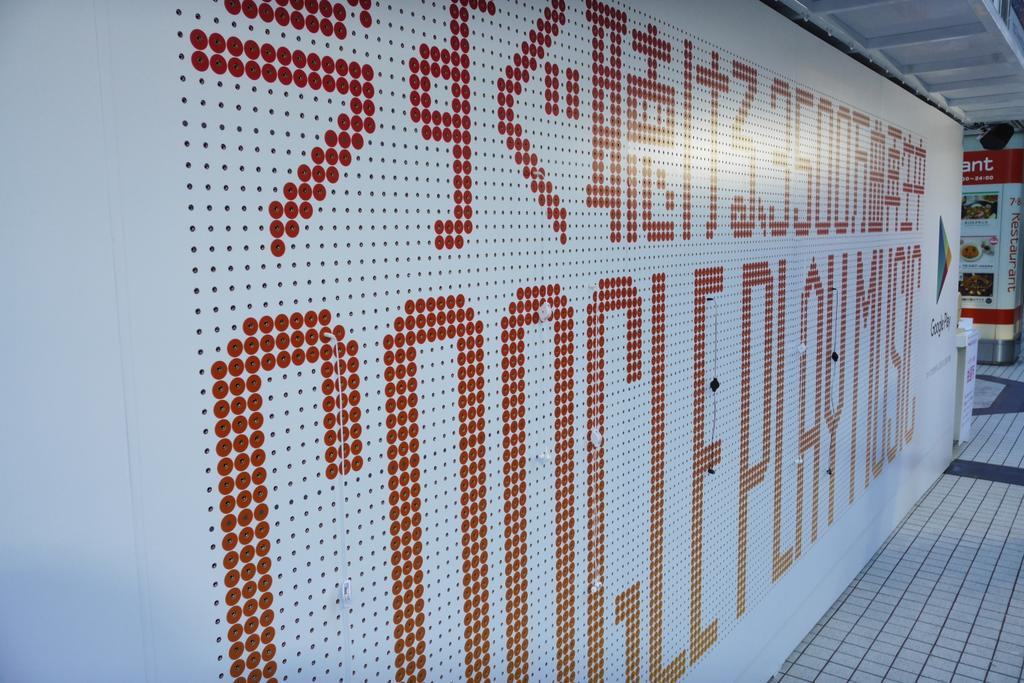 ぐえ!面白!壁に1万3000個イヤホンジャックがあって、それぞれ違う曲が流れてる…!! #渋谷3500万曲ビルボード #googleplaymusic http://t.co/B4DBPpsOFH