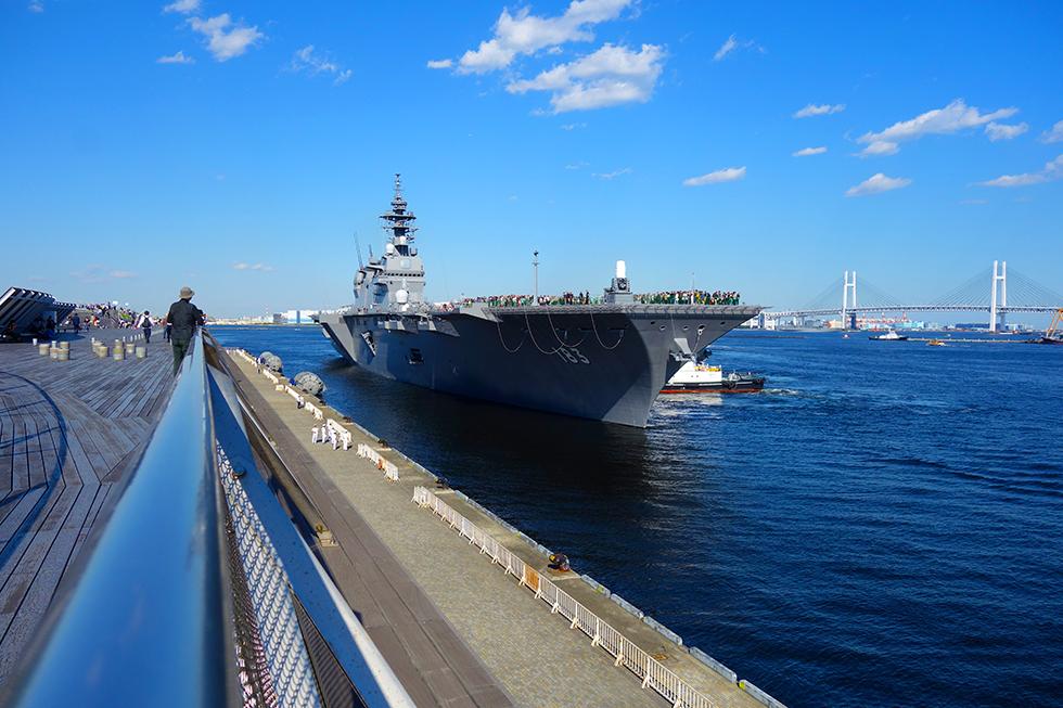 護衛艦「いずも」が横浜港大さん橋国際客船ターミナルへ入港しました。 艦艇一般公開10/10(土)・11(日)・14(水)・17(土) 10:00~16:30。事前予約なしで見学可能です。※なお、12日と15日の体験航海は応募締切済み。 pic.twitter.com/4noBGALMJ1