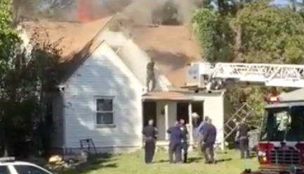 #TheRoofIsOnFire: Man in Indiana police standoff dances on roof of burning house... Really. bit.ly/1jzWVoX