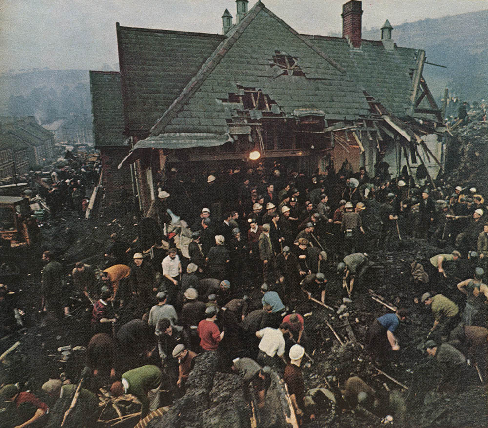 Pls take a moment today to remember the children of Aberfan, who went to school 49 yrs ago today and never came home https://t.co/OrYkx0aVfq