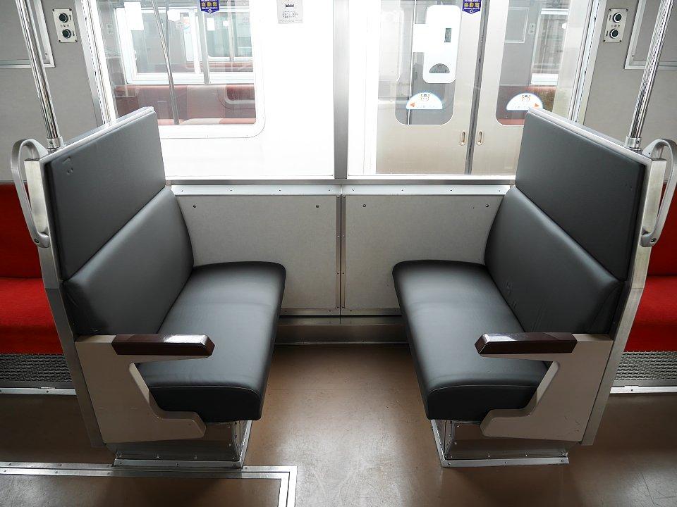 関東の私鉄通勤車両としては珍しい『本革張りシート』。相模鉄道(相鉄線)「8000系」で試験運用を始めます。リニューアル車両への採用を検討しているとのこと。詳細記事→tetsudo-shimbun.com/headline/entry… pic.twitter.com/zmTIdluFQ3