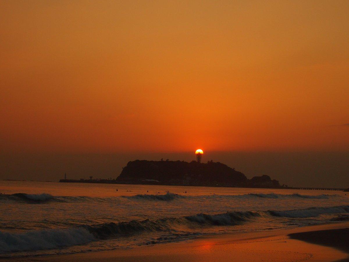 ダイヤモンド富士ならぬ、ダイヤモンド江ノ島。きのう、ついに撮影に成功しました。江の島シーキャンドルに火が灯った瞬間です。 pic.twitter.com/0z4GGWGcoq