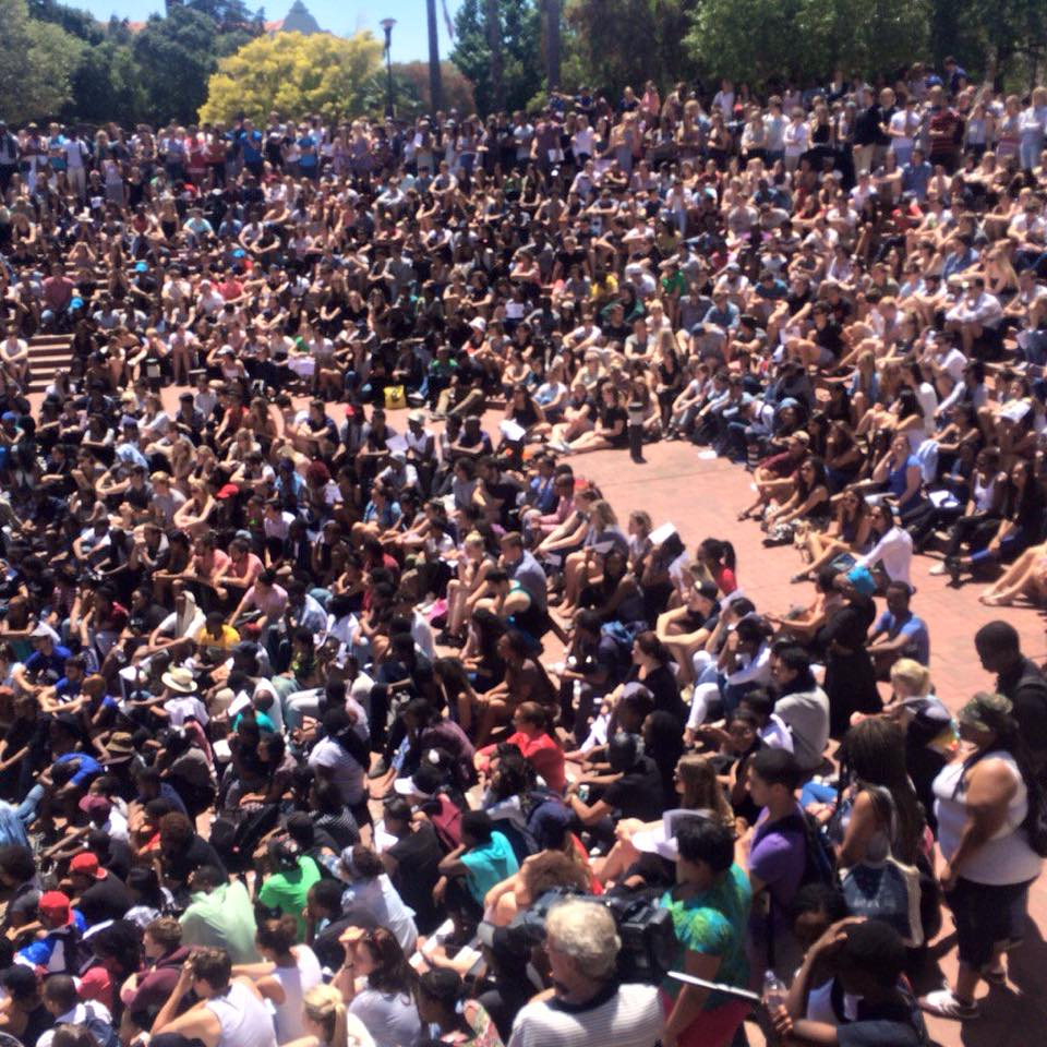 For the ignorant, #FeesMustFall. This is Stellenbosch earlier. Cc @seriyaaz @kalourd for dom @Waahid_Gabriels https://t.co/T9CcwkYA0y