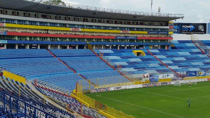 Estadio Cuscatlan es pintado de azul y blanco. CR3rrewU8AAqHVk