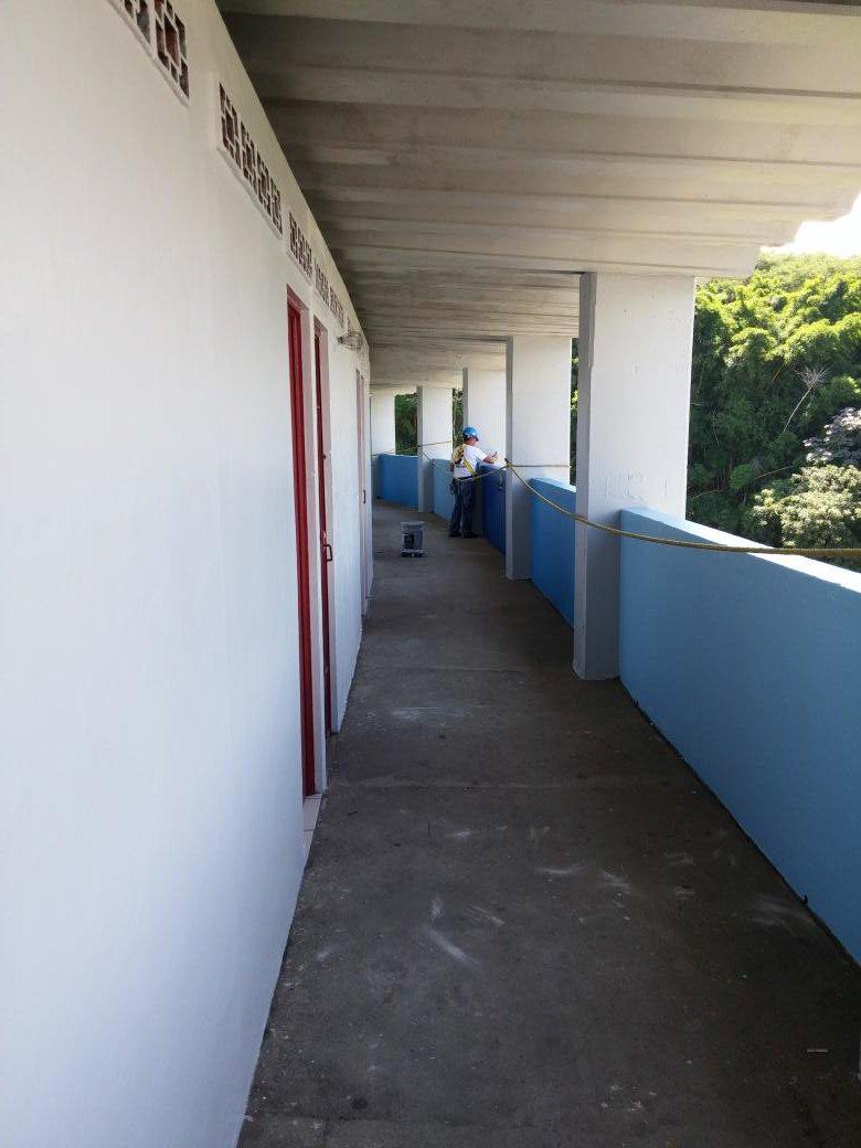 Estadio Cuscatlan es pintado de azul y blanco. CR4_tjbUEAAnyU1