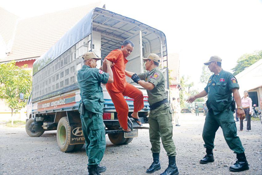 """""""หมอเถื่อน""""ที่บ้านโรกา จ.พระตะบอง ใช้เข็มฉีดยาโดยไม่เปลี่ยนเข็ม ชาวบ้านติดเชื้อเอดส์ 200 คนถูกนำตัวมาขึ้นศาล #เขมร https://t.co/7LHOifcbNP"""