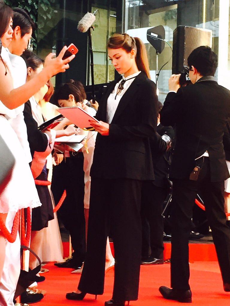 東京国際映画祭レッドカーペット 劇場版 媚空-びくう-より秋元才加さん。サインに応じる姿がハンサムすぎる。詳しいレポートは後日 https://t.co/5CzPMax1wu https://t.co/YhbhlzhJ2W