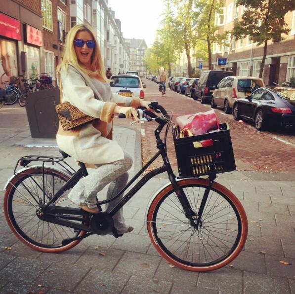 Jaaaa ik heb een nieuwe fiets van @Cortinafietsen! Ik draag hier een bril via @_VLVT  en tas via @PAULWARMERCOM.
