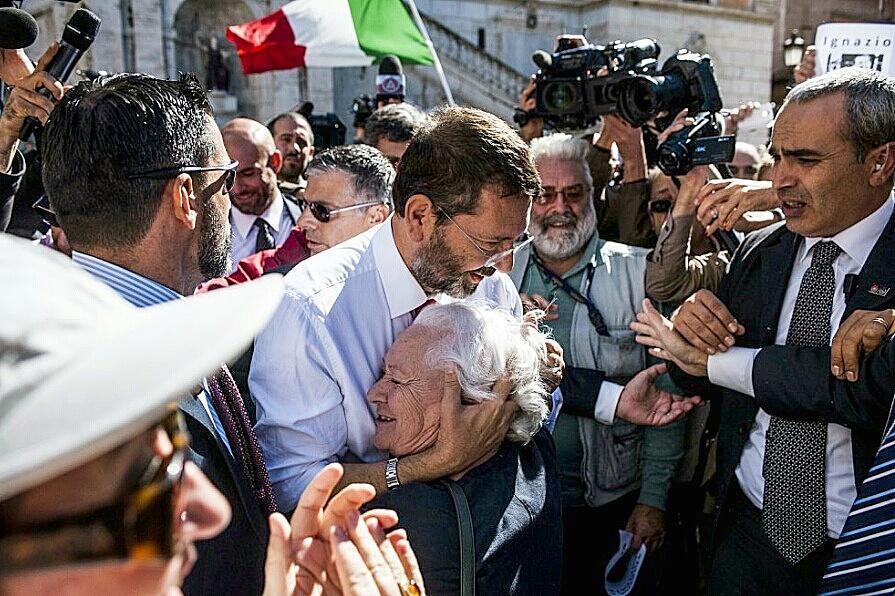 Ignazio Marino abbraccia i suoi sostenitori a Roma.