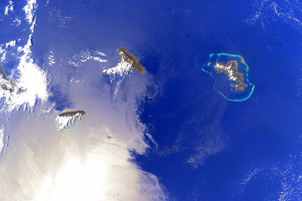 マダガスカル島周辺に散在する島々。太陽の反射も手伝って、更に美しい景色に!「ISSからピョンと飛び降りて、あの海で泳いだら気持ち良いだろうなぁ~」なんて考えてしまいました(笑)。時々、この窓の外は真空だという事を忘れてしまいそうに! pic.twitter.com/bKIRpFOFxi