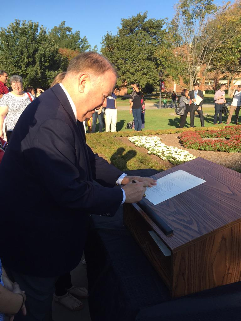 Boren signing our Indigenous Peoples Day SGA resolution. http://t.co/Rn6kdsfB34