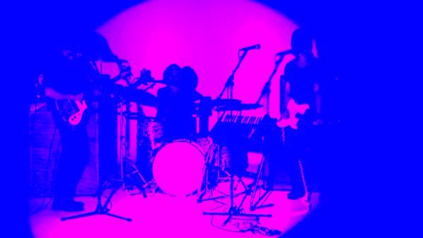 ロンドン注目の3ピース・ロックンロール・バンド Yak、11/13 リリースの新作EPから Pulp の Steve Mackey をプロデューサーに迎えた「No」のMVが公開!