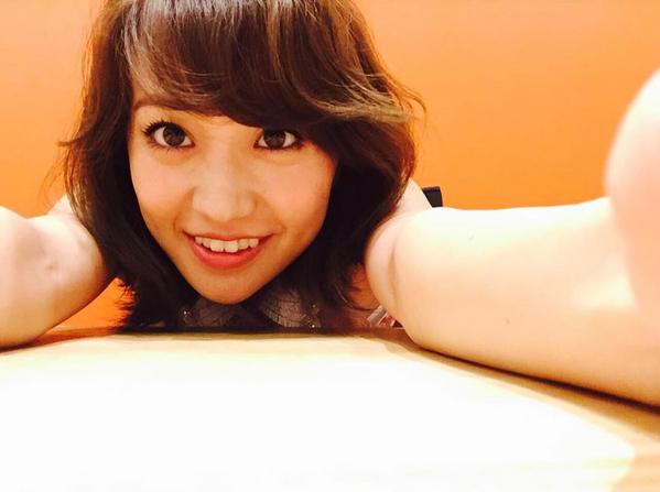 自撮りをする大島優子