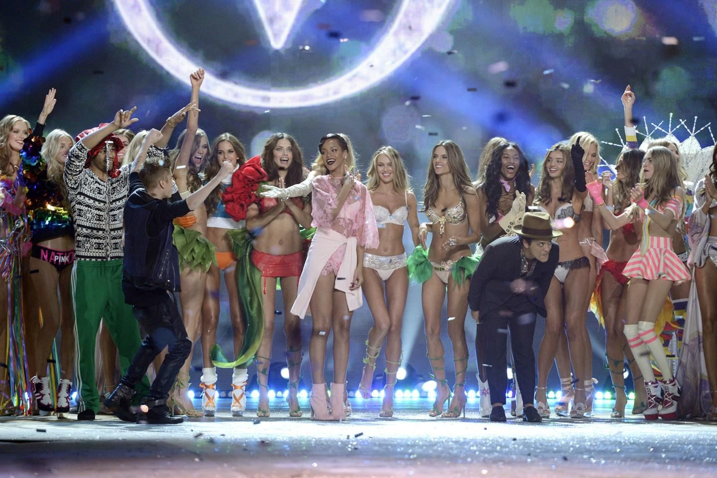 DID YOU SEE: The @VictoriasSecret 2015 show performers confirmed: http://t.co/ot1f7zJx0B http://t.co/6QFp994gyJ