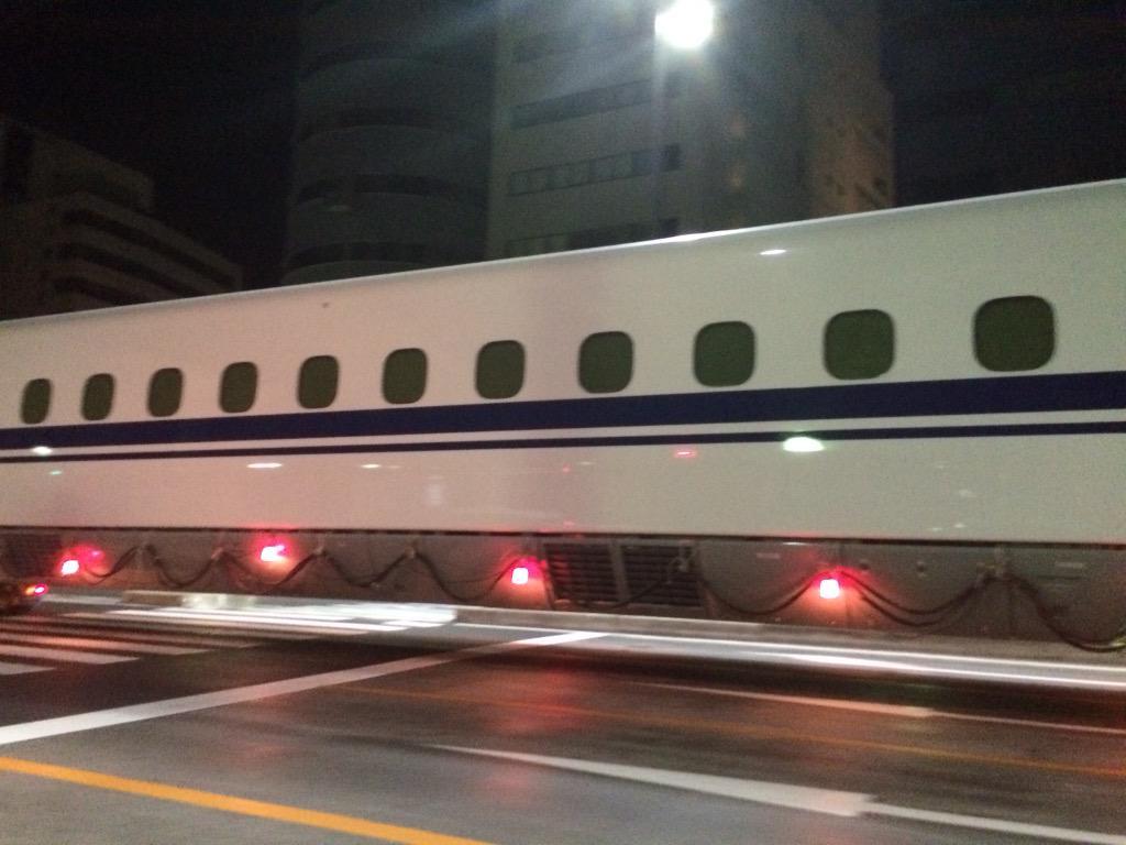 新幹線が道路にーー pic.twitter.com/RaZIIlBJX9