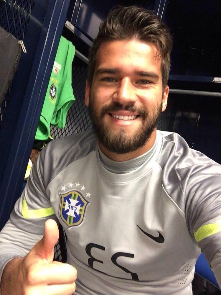 Números: Alisson acaba de passar Danrlei em jogos como titular da seleção brasileira principal. 1 jogo. http://t.co/HeMOURlpuA