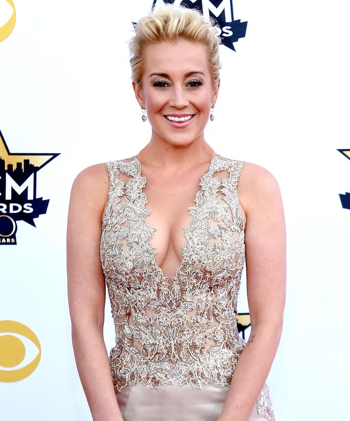 .@kelliepickler sounds off on why you should put your phone away at concerts: http://t.co/N4QHGcYwP3 http://t.co/Pp7aiu4ZL8