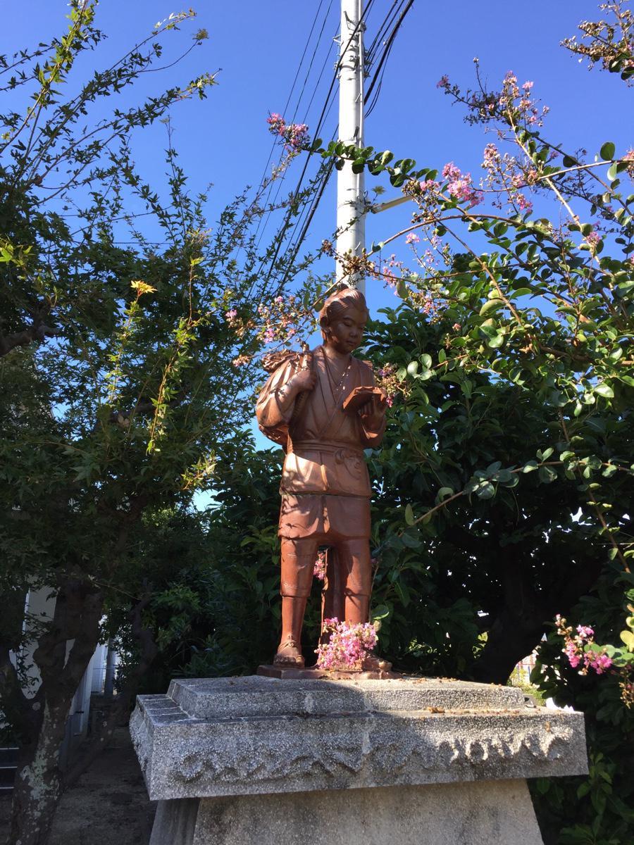 先日行った廃校の二宮金次郎像の本が半分割れてkindleになってました。 pic.twitter.com/ZoYTnkeYFj