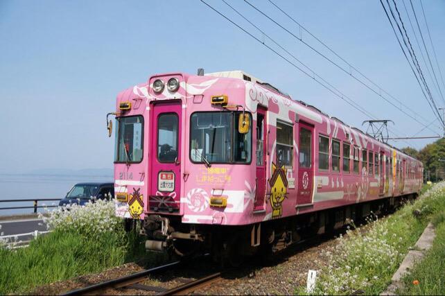 そうそう、今日10月14日は日本に初めて鉄道が走った日ということで「鉄道の日」にゃ。ここで改めてしまねっこが描かれてる電車をご紹介するにゃ✧*٩(ˊωˋ*)و✧*まずこちらはおなじみ、一畑電車の「ご縁電車しまねっこ号」にゃ! pic.twitter.com/Y5KKFWwt87