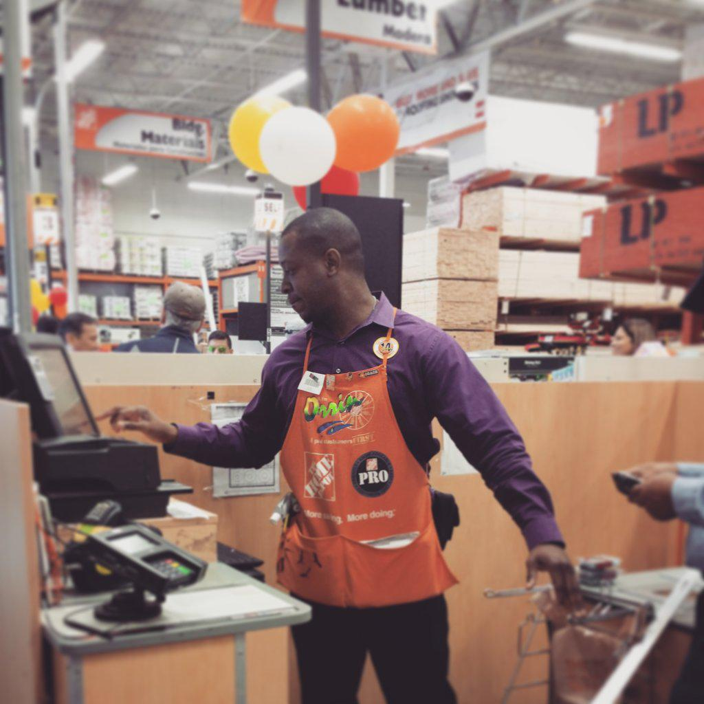 Our Store Manager providing Cashiers a break for #cashierappreciationmonth! #HomeDepot #2509rocks #LeadByExample http://t.co/f5CN55TIJU