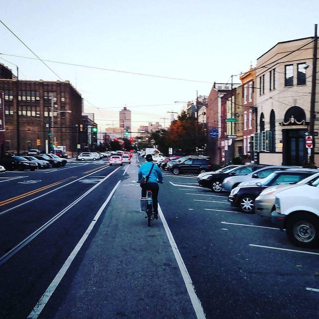 11th St in Philadelphia: back in angled parking works just fine. If they can do it, why can't we? #bikephilly #back… http://t.co/cHn2QNAXwW