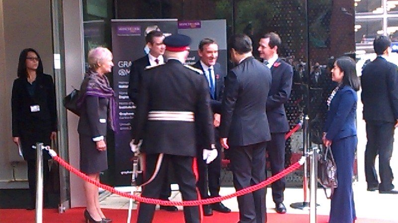 President Xi Jinping arrives @UoMGraphene to be greeted by Prof Dame Nancy Rothwell and George Osborne https://t.co/y0RjiEmUWP