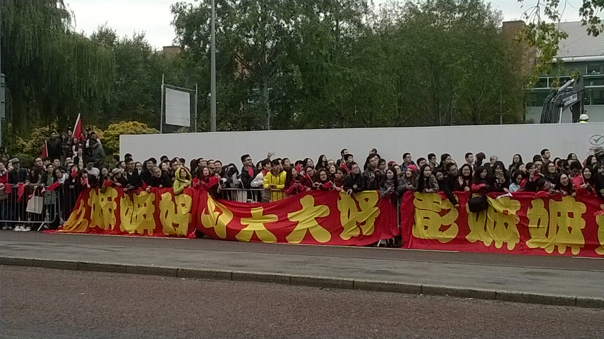 Chinese students line the streets to greet President Xi Jinping @OfficialUoM https://t.co/kRRAgntjuw