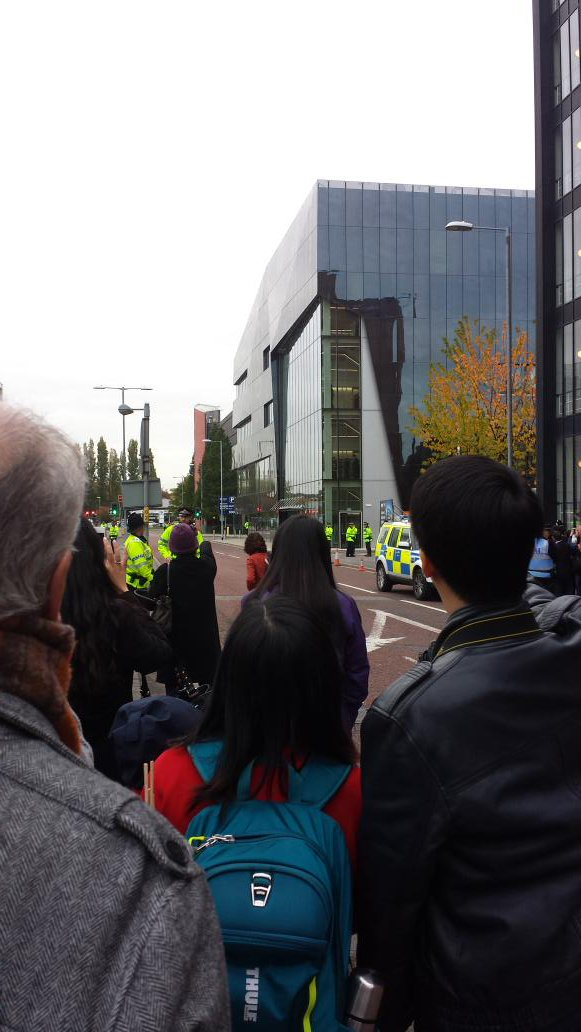 Large cheer goes up as people catch sight of the Chinese visitors inside the Graphene building https://t.co/wtR7jOLtiO