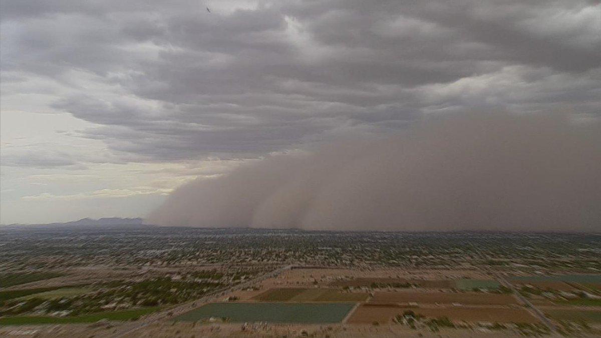 NOW: Dust storm blowing through Phoenix metro area #azwx  http://t.co/EB7U07jsVU http://t.co/aU7C4sCBLh